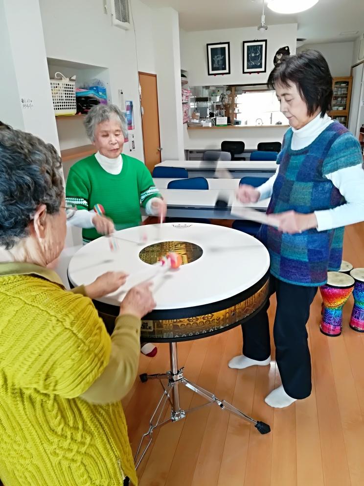 高齢者ドラムテーブル